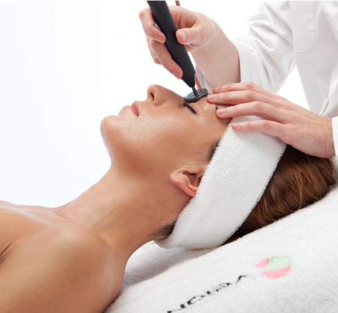 A high-frequency warming device for a clearly defined facial symmetry.